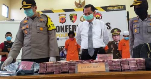Polres Tasikmalaya rilis pengungkapan kasus pemalsuan uang senilai Rp2,9 miliar di Mapolres Tasikmalaya (Foto : iNews/Asep Juhariyono)