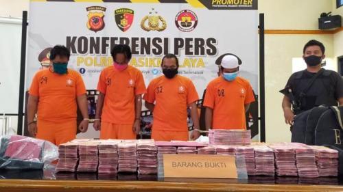Tersangka pemalsuan uang senilai Rp2,9 miliar saat pengungkapan kasus di Mapolres Tasikmalaya (Foto : iNews/Asep Juhariyono)