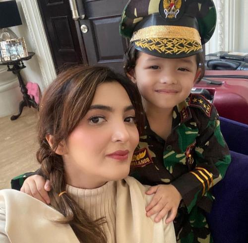 Ashanty bersama putra bungsunya, Arsya.