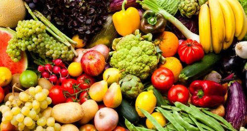 Sisa makanan, hidangan siap saji, atau bahan makanan segar biasanya disimpan di kulkas.