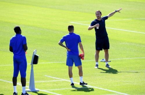 Pemain Chelsea berlatih