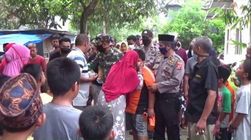 Bocah penjual jalangkote yang menjadi korban bullying menerima sederet bantuan dan hadiah dari sejumlah pihak. (Foto : Okezone.com/Herman Amiruddin)