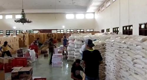 Pengepakan bantuan sembako bagi warga terdampak Covid-19 di Gedung Wanita Karanganyar. (Foto : Okezone/Bramantyo)