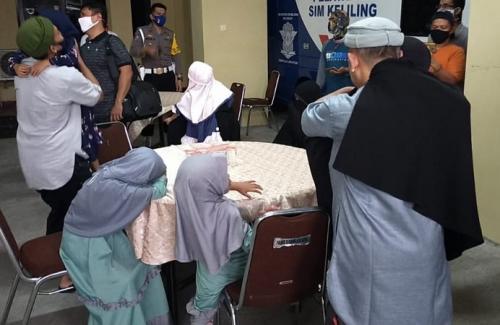 Tiga mantan napi teroris yang bebas disambut haru oleh keluarganya di Polres Tasikmalaya Kota. (iNews/Asep Juhariyono)