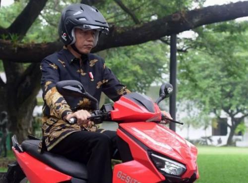 Jokowi sedang naik motor listrik Foto Setkab