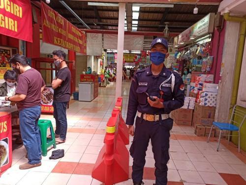 H-1 lebaran Idul Fitri membuat kondisi pasar-pasar di Kota Tangerang Selatan (Tangsel) dipenuhi pembeli.