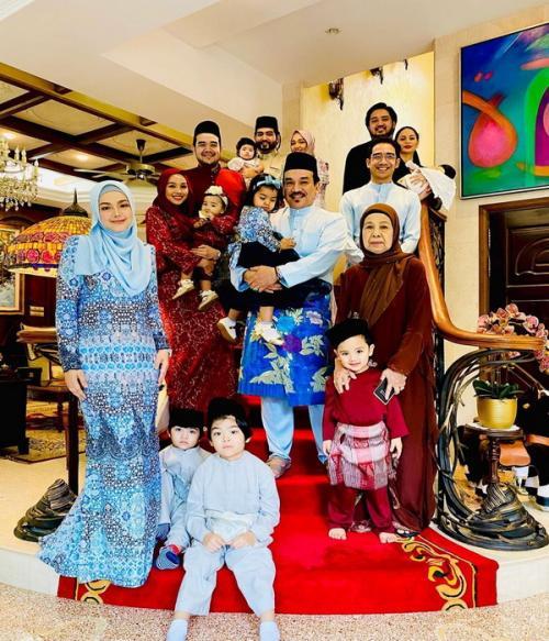Siti Nurhaliza dan keluarga saat lebaran