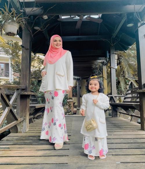 Siti Nurhaliza dan anak pakai baju kurung kembar