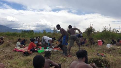 Warga Papua berkebun massal hindari kelapran (Foto BBC Indonesia)