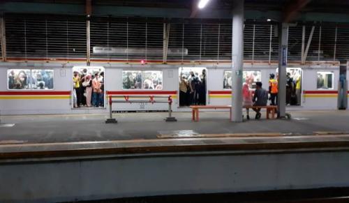 KRL arah Jakarta Kota terpantau padat di Stasiun Depok Lama. (Foto : Okezone.com)