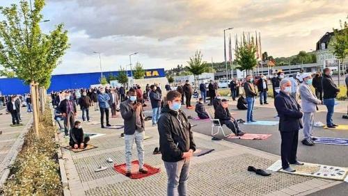 Muslim Jerman Sholat Idul Fitri di parkiran IKEA. (Foto: Dalilymail)