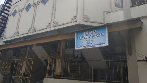 Masjid Al-Iman di Kelurahan Gunung Pangilun, Padang Utara, Kota Padang, menggelar sholat Jumat usai PSBB dilonggarkan, Jumat (29/5/2020). (Foto : Okezone.com/Rus Akbar)