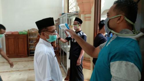 Jamaah dicek suhu tubuhnya sebelum memasuki Masjid Agung Pekalongan untuk menunaikan sholat Jumat, Jumat (29/5/2020). (Foto : iNews/Suryono Sukarno)