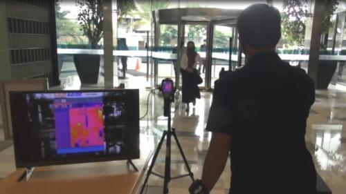 Pengunjung dicek suhu tubuhnya saat hendak masuk ke salah satu mal di Surabaya. (iNews TV/Hari Tambayong)