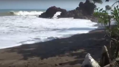 Gelombang tinggi hantam pesisir Pantai Karangbolong Pekon Tegineneng, Kecamatan Limau, Tanggamus. (iNews TV/Indra Siregar)