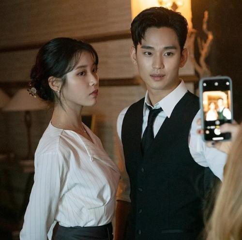 Kim Soo Hyun dan IU. (Foto: KeyEast Entertainment)