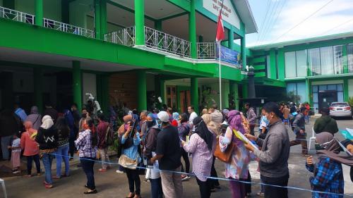 Puluhan orangtua siswa mendatangi Kantor Disdikbud Kota Malang komplain masalah sistem PPDB online. (Foto : Okezone.com/Avirista Midaada)