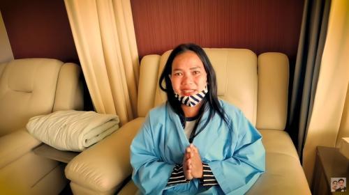 Istri Wahyudi, penjual bakpao yang dibantu Baim Wong. (Foto: YouTube/Baim Paula)