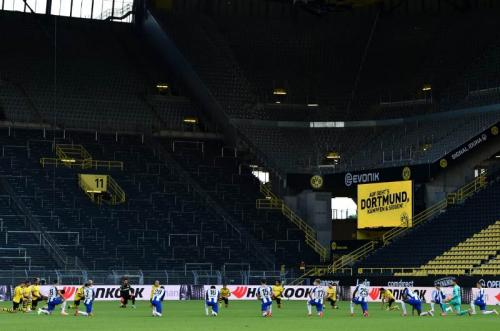 Dortmund dan Hertha Berlin berlutut sejenak untuk berikan dukungan terhadap gerakan anti rasisme