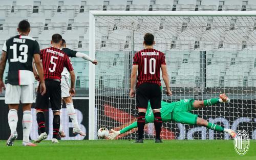 Cristiano Ronaldo saat mengeksekusi penalti di laga kontra AC Milan