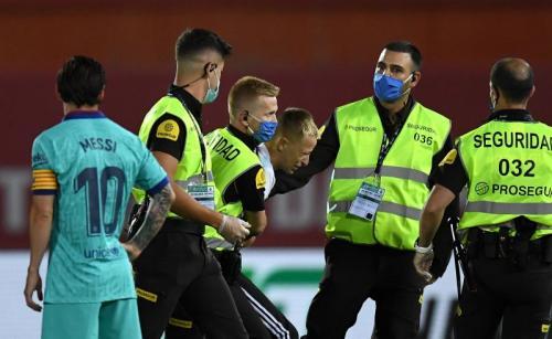 Penyusup dalam laga Mallorca vs Barcelona (Foto: Twitter/@brfootball)