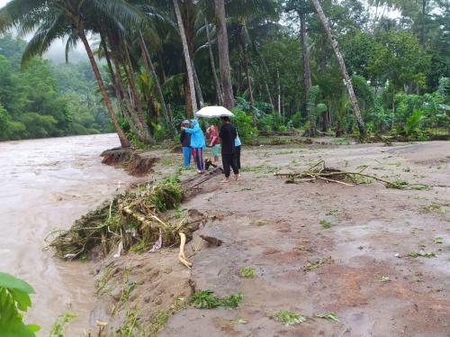 Sejumlah warga memeriksa kondisi sungai yang sebelumnya meluap dan menyebabkan banjir di Kabupaten Bone Bolango, Gorontalo. (BNPB)