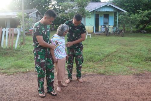 Anggota Satgas Pamtas Yonif MR 411/PDW Kostrad Pos Kout Sota merawat Nenek Sumiyati (57) yang hidup sebatang kara (ist)