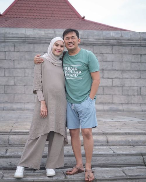 Zaskia Adya Mecca dan suami. (Foto: Instagram/@zaskiadyamecca)