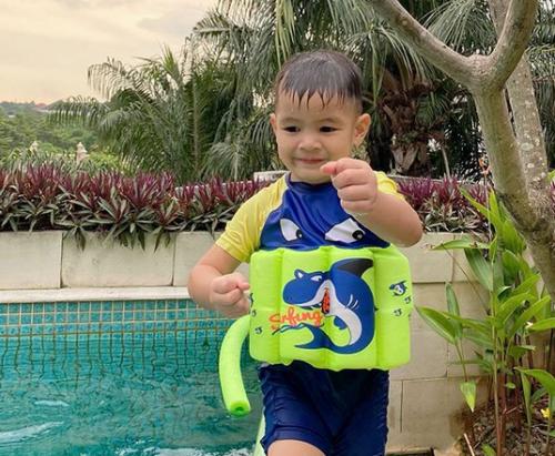 Kai berenang.