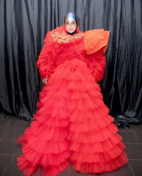 Melly Goeslaw bergaya playful and chic merah. (Foto: Instagram @melly_goeslaw)