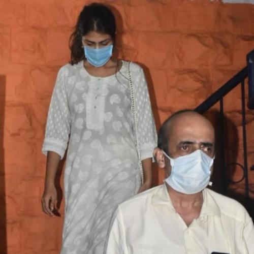 Rhea Chakraborty ditemani sang ayah (depan) menjalani pemeriksaan seputar kematian sang kekasih, Sushant Singh Rajput. (Foto: Pinkvilla)