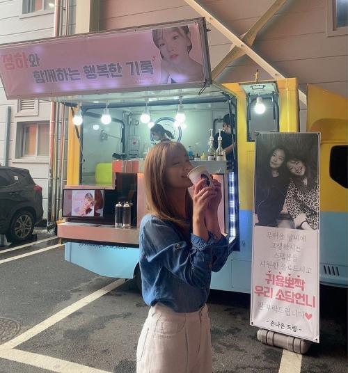 Park So Dam dapat kiriman coffee truck dari Naeun Apink. (Foto: Instagram/@sodam_park_0908)