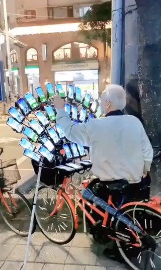 Seorang kakek asal Taiwan, Chen San-yuan bermain game Pokemon Go menggunakan 64 buah ponsel.