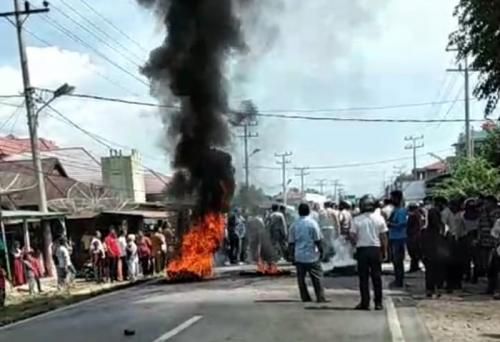 Massa ricuh saat mendesak kepala desa di Madina dicopot (Foto : Istimewa)