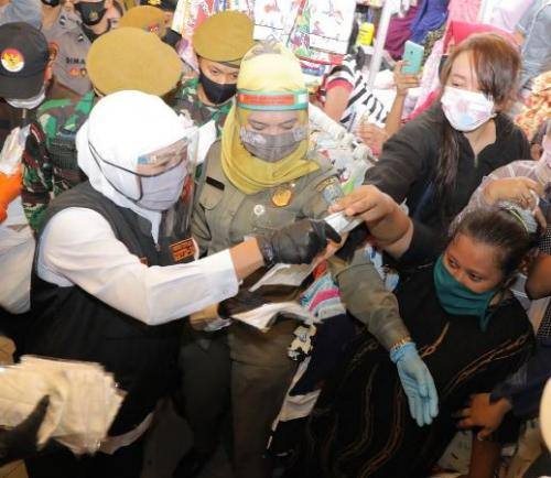 Gubernur Jatim Khofifah Indar Parawansa membagikan masker. (Foto : Okezone.com/Syaiful Islam)