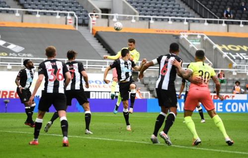 Newcastle United menumpuk pemain di belakang (Foto: Twitter/@Squawka)