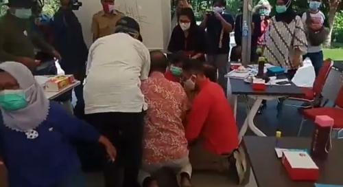 Risma saat sujud ke dokter yang menangani kasus covid-19 (Foto : Istimewa)