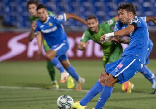 Jaime Mata membuka skor lewat sepakan penalti (Foto: La Liga)