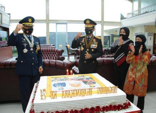 Panglima TNI Marsekal Hadi Tjahjanto memberikan kejutan ke Kapolri Jenderal Idham Azis di HUT Ke-74 Bhayangkara. (Ist)