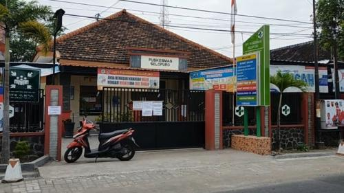 Puskesmas Selopuro Blitar ditutup. (Foto : iNews/Robby Ridwan)