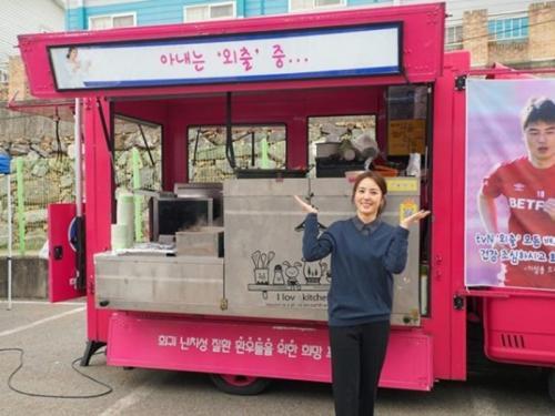 Han Hye-jin memakerkan hadiah dari sang suami (Foto: Instagram/@underhiswings2016)