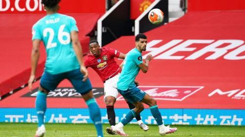 Tembakan akurat Anthony Martial membuat tuan rumah unggul 3-1 saat jeda (Foto: Premier League)