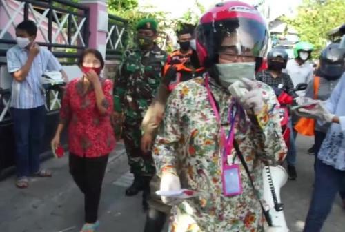 Wali Kota Surabaya Tri Rismaharini blusukan untuk mengingatkan masyarakat menggunakan masker dan menjaga jarak. (iNews/Hari Tambayong)