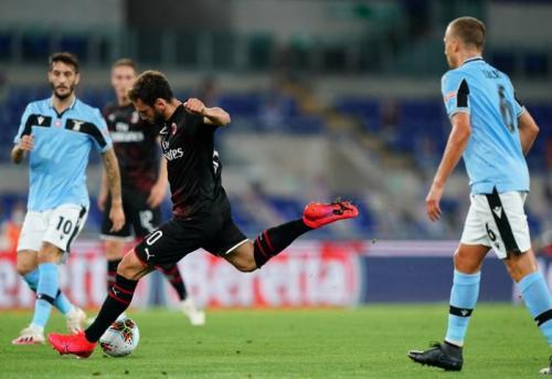 Hakan Calhanoglu membuka skor lewat tembakan jarak jauh di menit 23 (Foto: AC Milan)