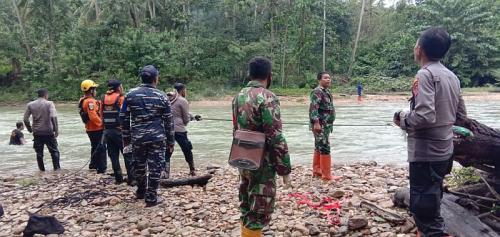 Petugas berhasil mengevakuasi 43 wisatawan yang terjebak banjir dan longsor di Konawe Utara (Foto : Dispenad)
