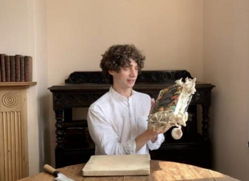 buku ditumbuhi jamur