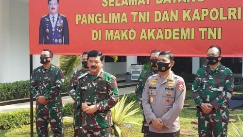 Panglima TNI Marsekal Hadi Tjahjanto dan Kapolri Jenderal Idham Azis saat pembekalan calon perwira di Mabes TNI, Cilangkap, Jakarta, Rabu (8/7/2020). (Foto : Okezone.com/Fakhrizal Fakhri)
