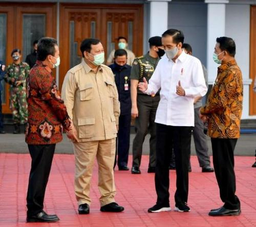 Presiden Jokowi saat hendak bertolak ke Kalteng. (Biro Pers Setpres)