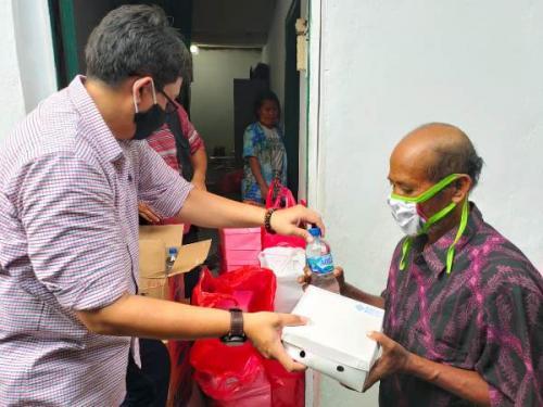 MNC Peduli Berdayakan UMKM Salurkan Bantuan Pangan ke Warga Kapuk Muara. (Ist)