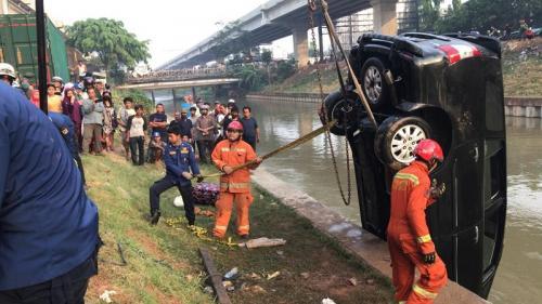 Petugas evakuasi mobil yang tercebur ke Kalimalang. (Ist)